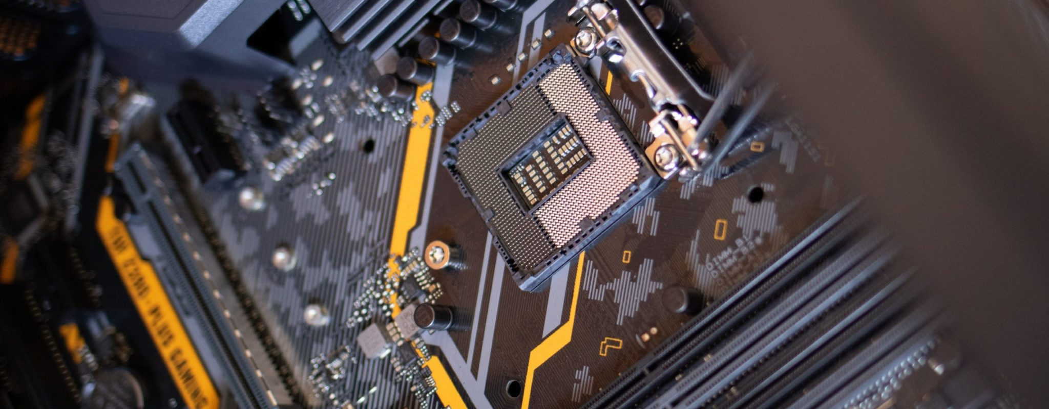 black-and-gray-motherboard-2582937
